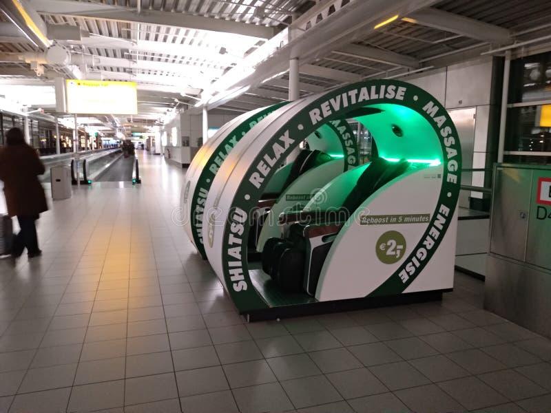 Η μηχανή για τα μασάζ, χαλάρωση, zen, στηρίζεται το πράσινο πλαστικό σύστημα μασάζ και χαλάρωσης μέσα στον αερολιμένα Schiphol Άμ στοκ φωτογραφίες με δικαίωμα ελεύθερης χρήσης