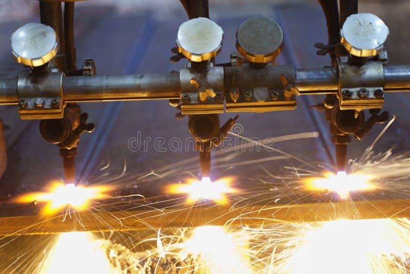Η μηχανή κόβει τα φύλλα μετάλλων με το αέριο στοκ εικόνα με δικαίωμα ελεύθερης χρήσης