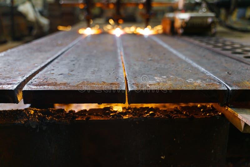 Η μηχανή κόβει τα φύλλα μετάλλων με το αέριο στοκ φωτογραφία
