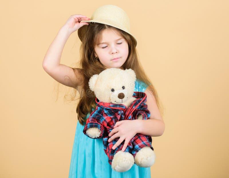 Η μικρή λαβή καπέλων αχύρου κοριτσιών teddy αντέχει το παιχνίδι βελούδου Ερωτευμένος με χαριτωμένο teddy αντέξτε παιδική ηλικία ε στοκ εικόνες