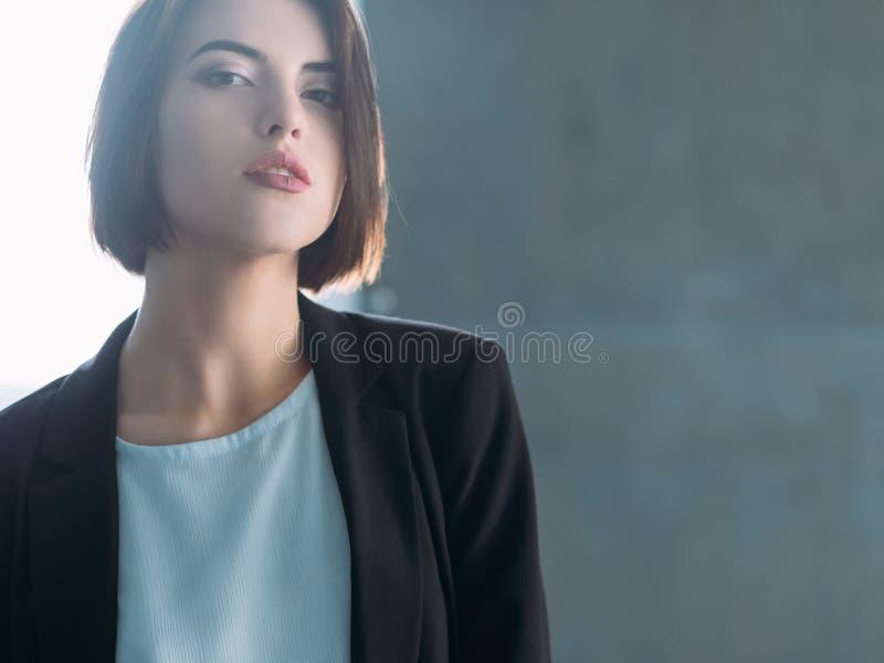 Η νέα βέβαια επιχειρησιακή κυρία γυναικών κοιτάζει στοκ εικόνες με δικαίωμα ελεύθερης χρήσης