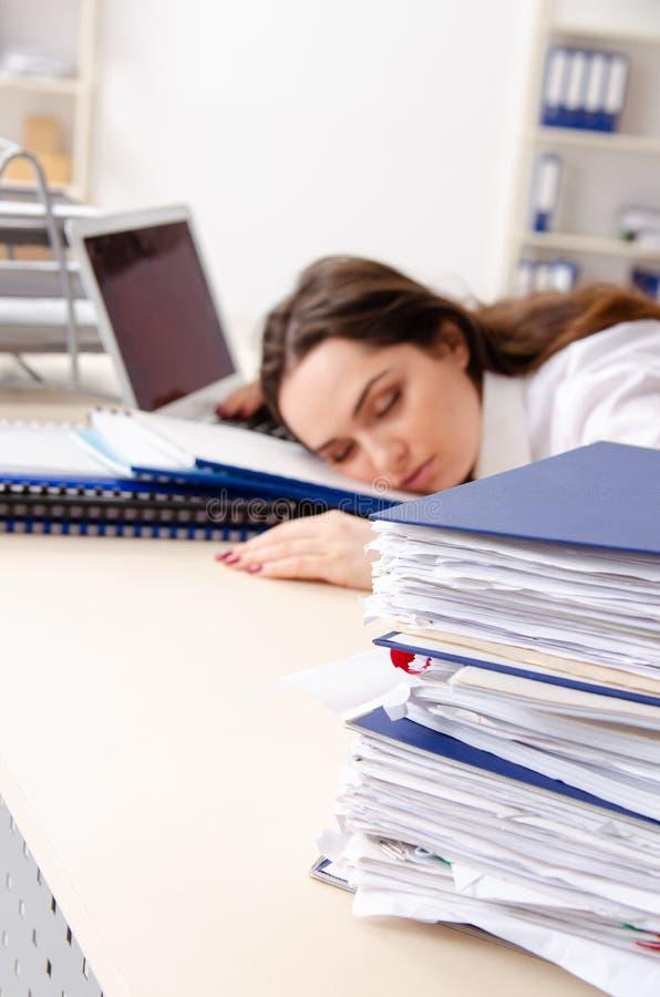 Η νέα γυναίκα υπάλληλος δυστυχισμένος με την υπερβολική εργασία στοκ φωτογραφία με δικαίωμα ελεύθερης χρήσης