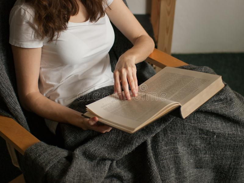 Η νέα καυκάσια γυναίκα διαβάζει το παλαιό βιβλίο στο σπίτι στοκ φωτογραφίες με δικαίωμα ελεύθερης χρήσης