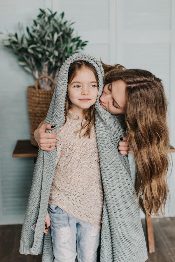 Η νέα μητέρα αγκαλιάζει την κόρη της στοκ φωτογραφία με δικαίωμα ελεύθερης χρήσης