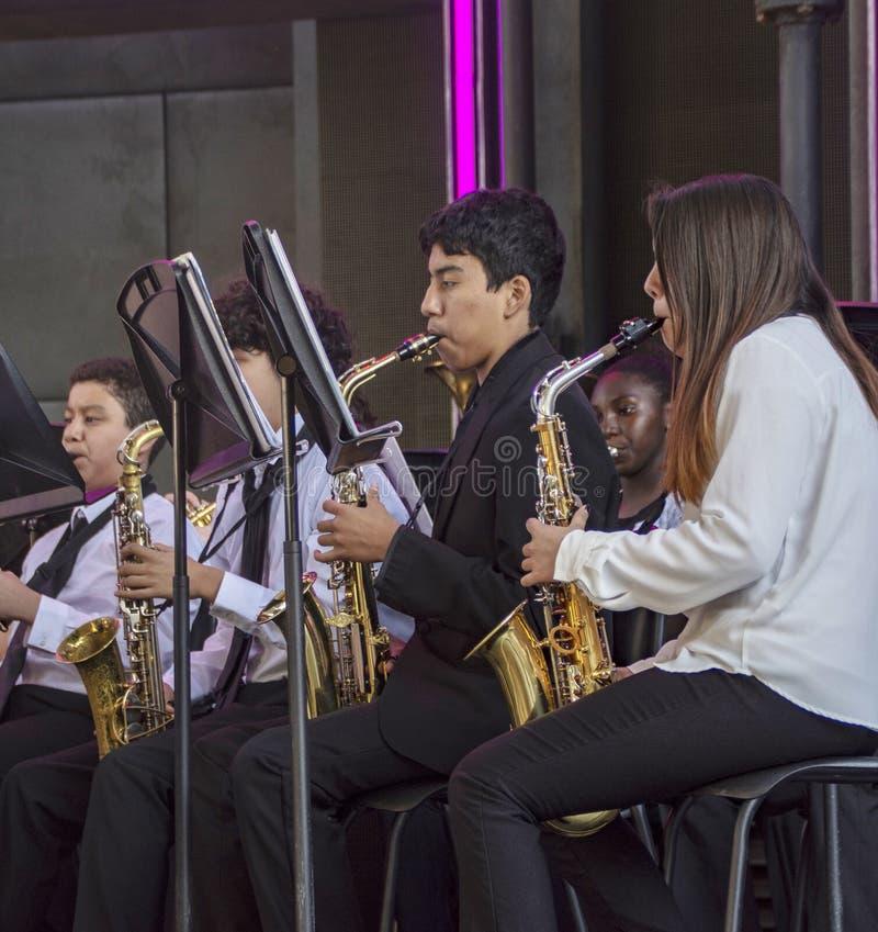 Η νεολαία αποδίδει στα saxaphones στη ζώνη ορχηστρών στην περιπέτεια Καλιφόρνιας της Disney στοκ φωτογραφίες