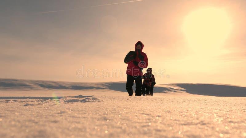 η ομάδα των επιχειρηματιών πηγαίνει στη νίκη και την επιτυχία τρεις τουρίστες αλπινιστών ακολουθούν ο ένας τον άλλον στη χιονώδη  στοκ εικόνα με δικαίωμα ελεύθερης χρήσης