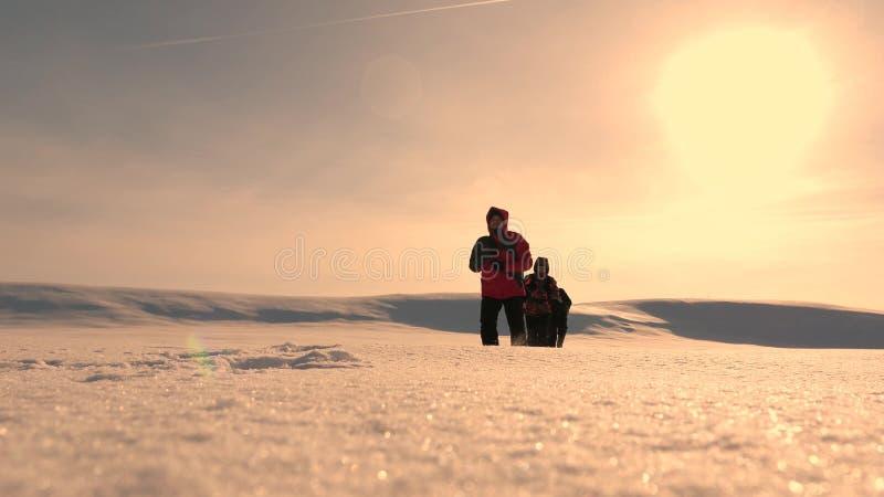 η ομάδα των επιχειρηματιών πηγαίνει στη νίκη και την επιτυχία τρεις τουρίστες αλπινιστών ακολουθούν ο ένας τον άλλον στη χιονώδη  στοκ φωτογραφίες με δικαίωμα ελεύθερης χρήσης