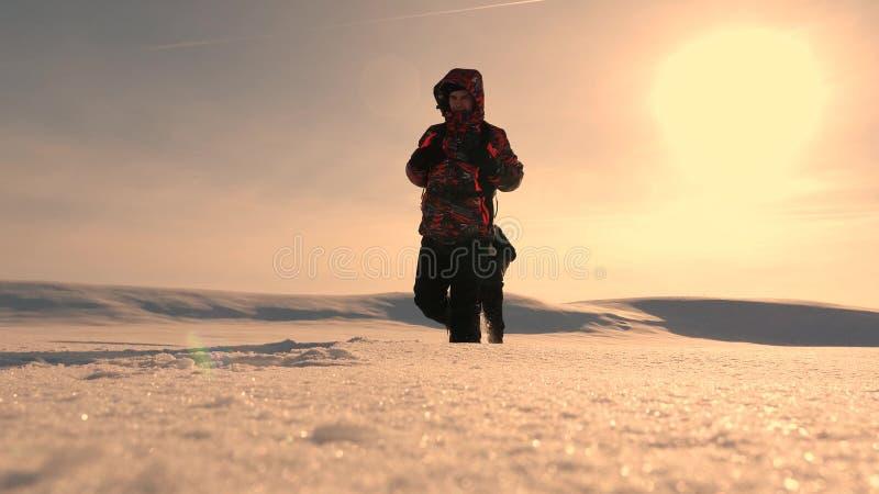 η ομάδα των επιχειρηματιών πηγαίνει στη νίκη και την επιτυχία τρεις τουρίστες αλπινιστών ακολουθούν ο ένας τον άλλον στη χιονώδη  στοκ φωτογραφίες