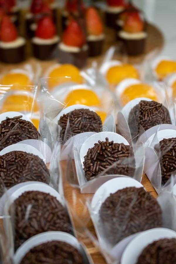 Η ορεκτική καραμέλα φραουλών, κρέμας και σοκολάτας, ένα βραζιλιάνο επιδόρπιο έκανε με τα αυγά και την καρύδα Quindim, Brigadeiro  στοκ φωτογραφίες