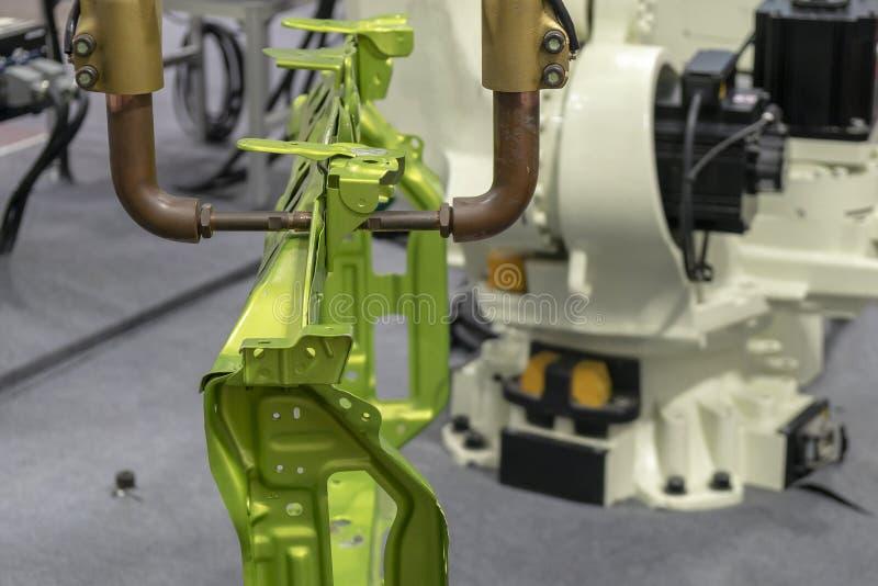 Η ρομποτική συγκόλληση σημείων βραχιόνων τα αυτοκίνητα μέρη στοκ φωτογραφία με δικαίωμα ελεύθερης χρήσης