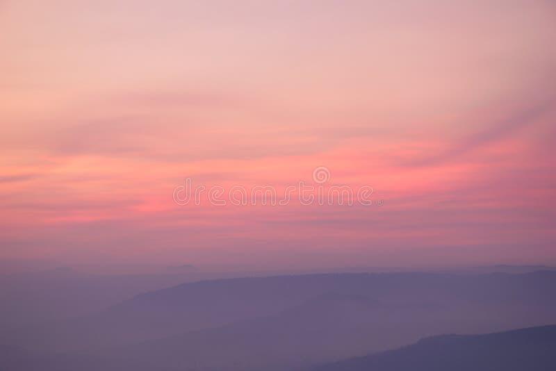 Η όμορφη άποψη του βουνού και του ουρανού στην ανατολή στοκ φωτογραφία με δικαίωμα ελεύθερης χρήσης
