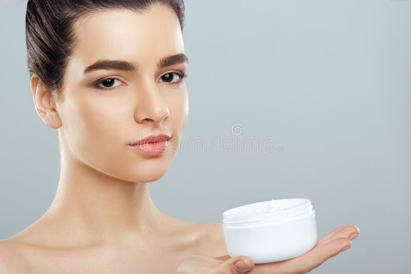 Η όμορφη νέα γυναίκα με το καθαρό φρέσκο δέρμα κοιτάζει μακριά Προσοχή προσώπου ομορφιάς κοριτσιών Του προσώπου επεξεργασία cosme στοκ φωτογραφίες