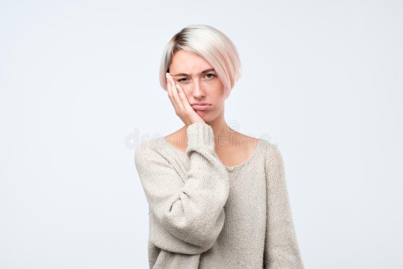 Η όμορφη νέα Ευρωπαία γυναίκα με τη βαμμένη τρίχα παίρνει τρυπημένη στοκ εικόνα