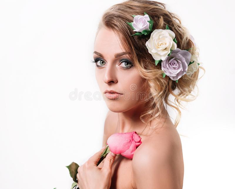 Η όμορφη νύφη γυναικών με αυξήθηκε Απομονωμένος στο λευκό στοκ εικόνες