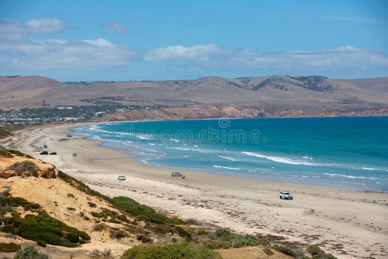 Η όμορφη παραλία Aldinga τη σαφή ηλιόλουστη ημέρα με τα αυτοκίνητα που σταθμεύουν στην παραλία στη Νότια Αυστραλία στις 14 Φεβρου στοκ φωτογραφία με δικαίωμα ελεύθερης χρήσης