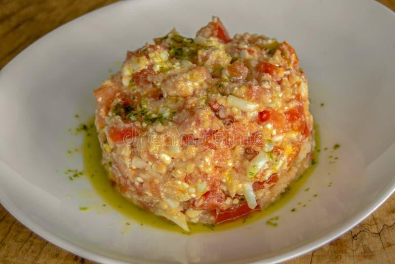Η σαλάτα με quinoa, ξεφλουδισμένες ντομάτες, έψησε τα πιπέρια, το ξυμένο αυγό, το τυρί και τον επίδεσμο στοκ εικόνες με δικαίωμα ελεύθερης χρήσης
