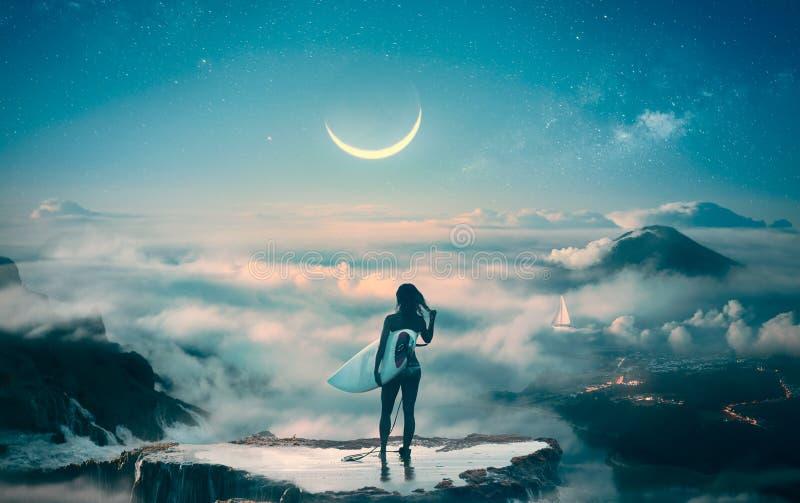 Η στάση κοριτσιών Surfer επάνω από να ονειρευτεί σύννεφων πρήζεται περίπου στοκ φωτογραφία με δικαίωμα ελεύθερης χρήσης