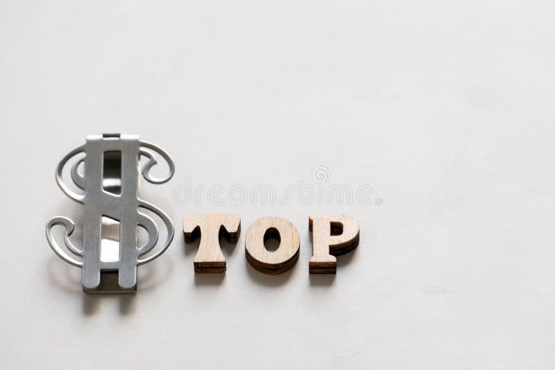 Η ΣΤΑΣΗ λέξης έκανε από τις ξύλινα επιστολές και το σημάδι μετάλλων του ΑΜΕΡΙΚΑΝΙΚΟΥ δολαρίου σε ένα άσπρο υπόβαθρο Νομισματική έ στοκ εικόνα με δικαίωμα ελεύθερης χρήσης