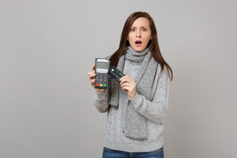 Η συγκλονισμένη γυναίκα στο ασύρματο σύγχρονο τερματικό πληρωμής τραπεζών λαβής μαντίλι πουλόβερ στη διαδικασία, αποκτά τις πληρω στοκ εικόνα