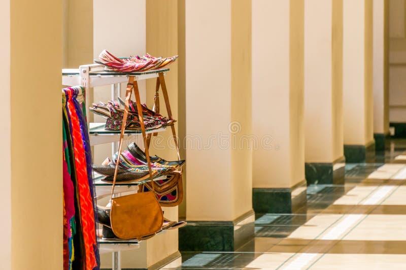 Η τοποθετώντας σε ράφι μονάδα με Ινδό τα παπούτσια, τσάντες, μαντίλι σε μια στοά στηλών στοκ φωτογραφία