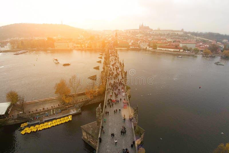 Η τοπ άποψη από τον πύργο κουδουνιών της αρχαίας γέφυρας της Πράγας Charles διασχίζει τον ποταμό Vltava Πανόραμα της πόλης στοκ φωτογραφίες