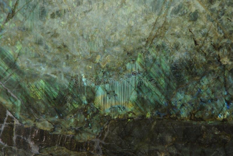 Η φυσική πέτρα με έναν όμορφο λάμπει του πράσινου χρώματος, αποκαλούμενου Labradorit μεγάλο μπλε στοκ εικόνα