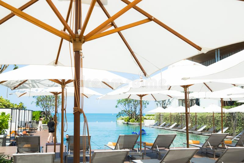 Η χαλάρωση ανθρώπων και απολαμβάνει μια πισίνα απείρου πολυτέλειας στο ξενοδοχείο παραλιών στοκ εικόνες με δικαίωμα ελεύθερης χρήσης