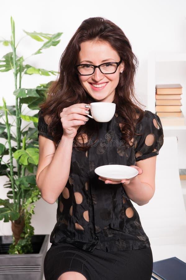 Η χαμογελώντας επιχειρηματίας πίνει τον καφέ επιχειρηματίας στην επίσημη ένδυση και τα γυαλιά δάσκαλος σχολείου στο μεσημεριανό γ στοκ φωτογραφία με δικαίωμα ελεύθερης χρήσης