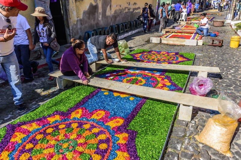Η παραγωγή έβαψε παραχωρήσώνταυς τους πριονίδι τάπητες, Αντίγκουα, Γουατεμάλα στοκ εικόνες