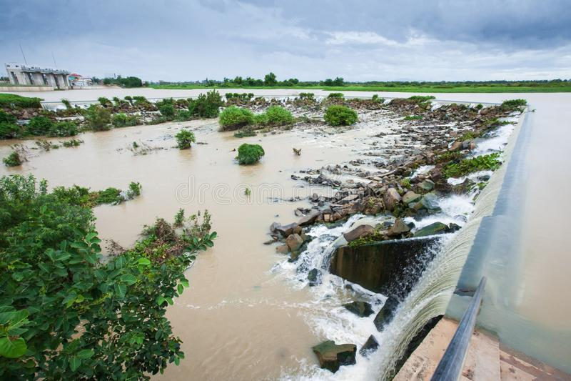 Η περίοδος βροχών, ο ποταμός ή τσιμπημένο Prek Thnot Prek Thnot απειλούν στην υπερχείλιση Τσιμπημένο Prek Thnot είναι ένα ρεύμα σ στοκ φωτογραφίες με δικαίωμα ελεύθερης χρήσης