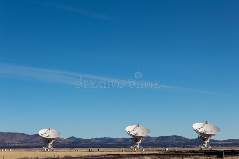 Η πολύ μεγάλη σειρά τρία πολύ μεγάλα ραδιο πιάτα τηλεσκοπίων στο Νέο Μεξικό εγκαταλείπει, χειμώνας στοκ εικόνες