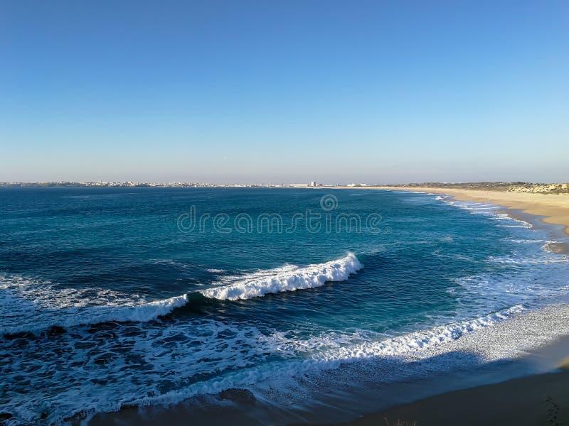 Η Πορτογαλία έχει μια ακτή με πολλά χιλιόμετρα των όμορφων παραλιών στοκ φωτογραφία με δικαίωμα ελεύθερης χρήσης