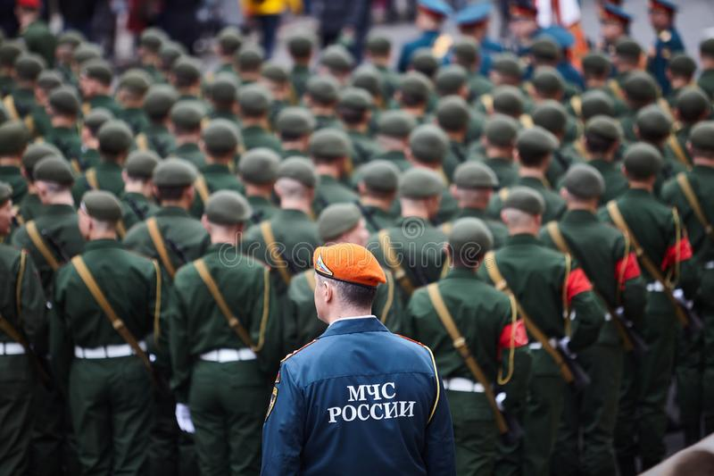Η προπαρασκευαστική αναθεώρηση των βορειοδυτικών συγκεντρώνεται πριν από την παρέλαση προς τιμή τη νίκη στο δεύτερο παγκόσμιο πόλ στοκ εικόνα με δικαίωμα ελεύθερης χρήσης