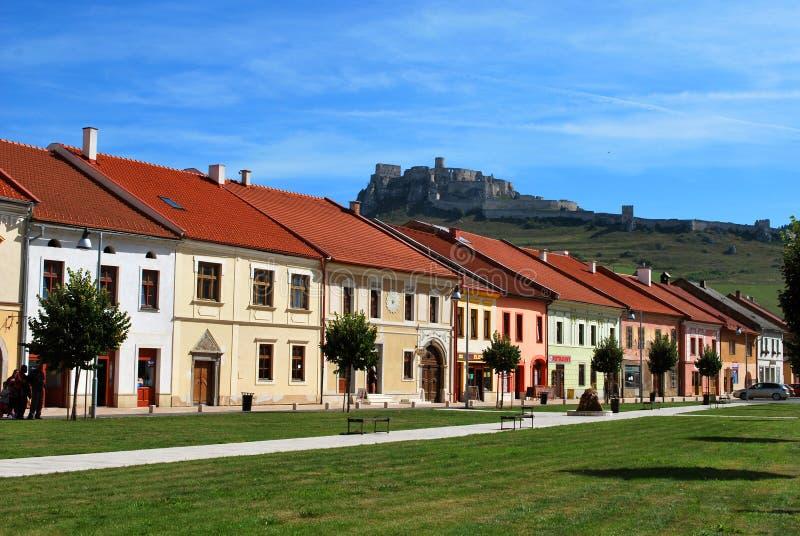 Η πόλη Spisske Podhradie με το Spis Castle στο υπόβαθρο στοκ εικόνες