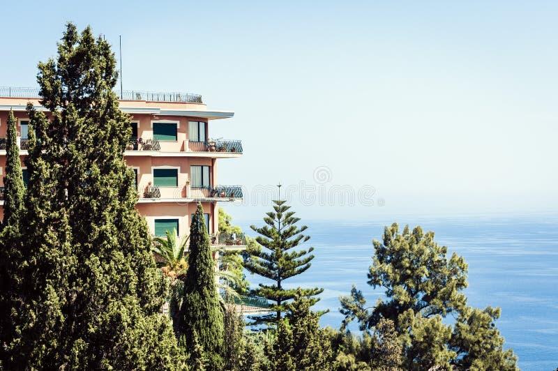Θέρετρο πολυτέλειας με μια άποψη πισινών και θάλασσας σε Taormina, Σικελία, Ιταλία στοκ εικόνες