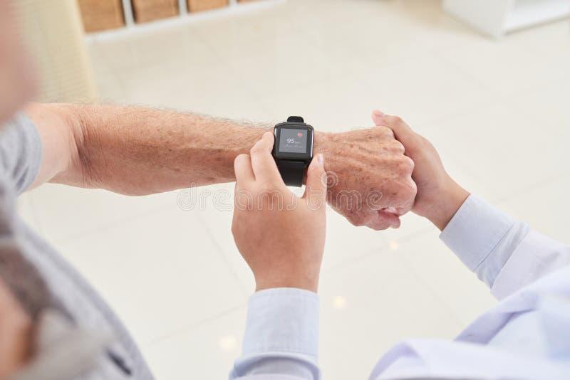 Θέτοντας προσωπική εφαρμογή υγείας στοκ φωτογραφία με δικαίωμα ελεύθερης χρήσης