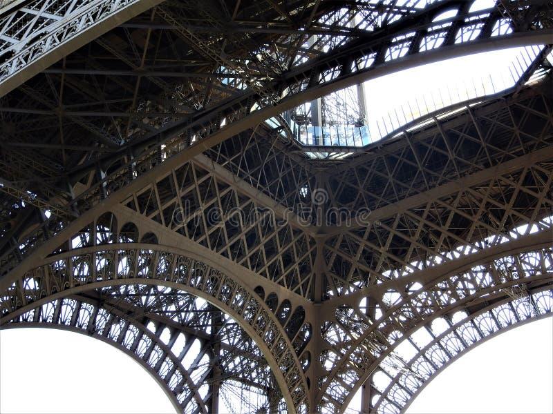 Θαυμάσιος ευρύς πυροβολισμός του πύργου του Άιφελ με το σαφή μπλε ουρανό, Παρίσι, Γαλλία στοκ εικόνα με δικαίωμα ελεύθερης χρήσης