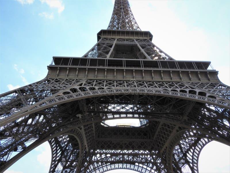 Θαυμάσιος ευρύς πυροβολισμός του πύργου του Άιφελ με το σαφή μπλε ουρανό, Παρίσι, Γαλλία στοκ φωτογραφία με δικαίωμα ελεύθερης χρήσης