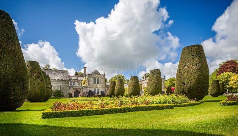 Θαυμάσιος topiary και επίσημος κήπος μπροστά από το εξοχικό σπίτι Lanhydrock στην Κορνουάλλη, Αγγλία στοκ εικόνα