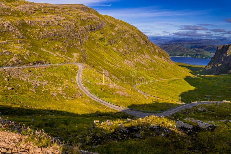 """Θεαματική κοιλάδα στο πέρασμα Applecross με το δρόμο και τον ποταμό Allt Curvy ένα """"Chumhaing στη Σκωτία στοκ εικόνα με δικαίωμα ελεύθερης χρήσης"""