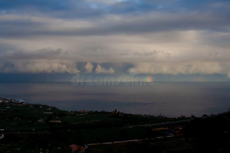 Θεαματική μακρινή άποψη πέρα από τη θάλασσα με το ουράνιο τόξο στοκ φωτογραφίες