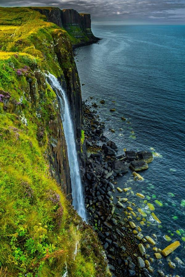 Θεαματικός καταρράκτης του βράχου σκωτσέζικων φουστών στο νησί της Skye στη Σκωτία στοκ εικόνες