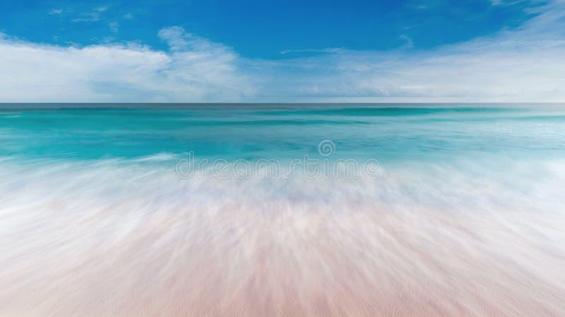 Θερινή θάλασσα με την ομαλή άμμο μπλε ουρανού κυμάτων και ελεύθερου χώρου στοκ εικόνα
