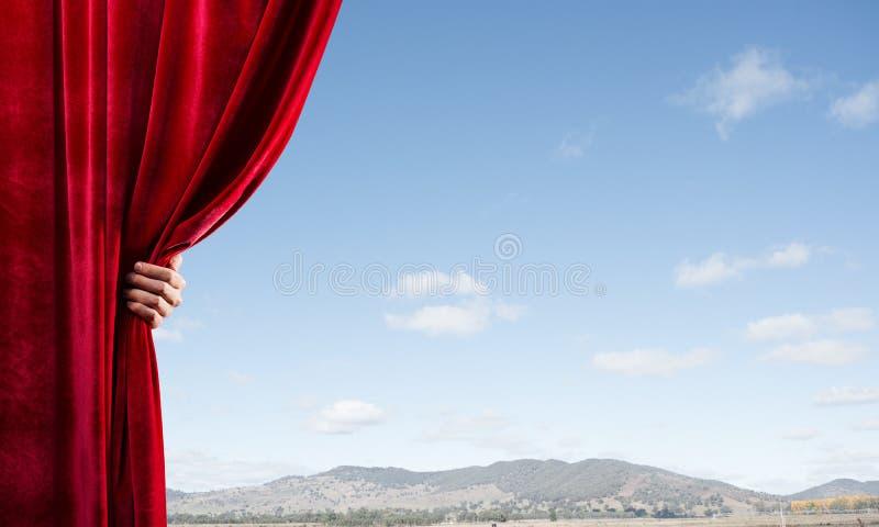 Θερινή φυσική bluesky άποψη πίσω από την κόκκινη κουρτίνα βελούδου στοκ φωτογραφίες με δικαίωμα ελεύθερης χρήσης