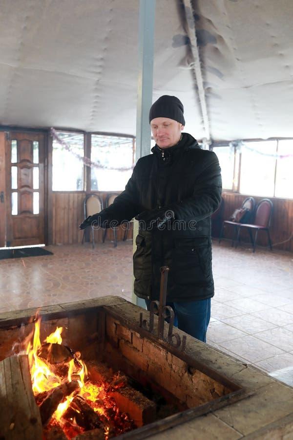 Θερμαίνοντας χέρια ατόμων στην πυρκαγιά στοκ εικόνες