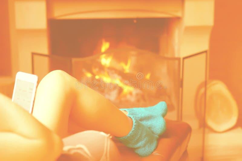 Θηλυκά πόδια στις κάλτσες κοντά στην εστία στοκ φωτογραφίες με δικαίωμα ελεύθερης χρήσης
