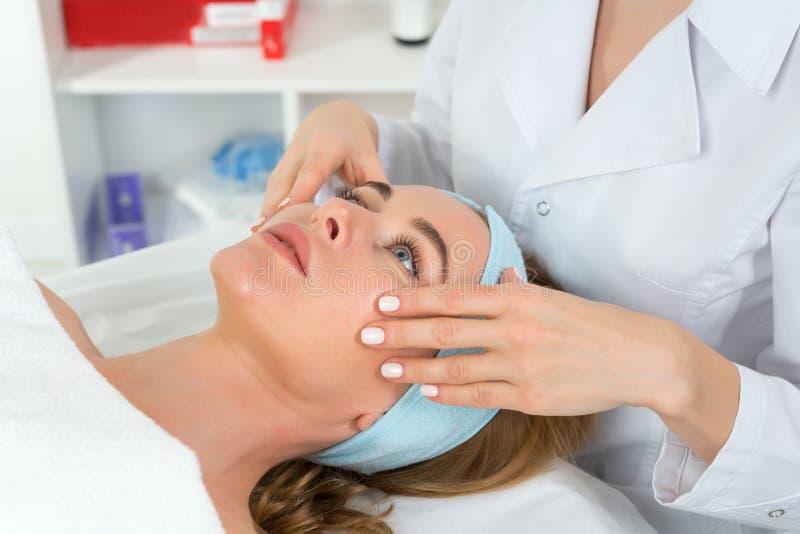 Θηλυκός γιατρός beautician με τον ασθενή στο κέντρο wellness E στοκ φωτογραφία