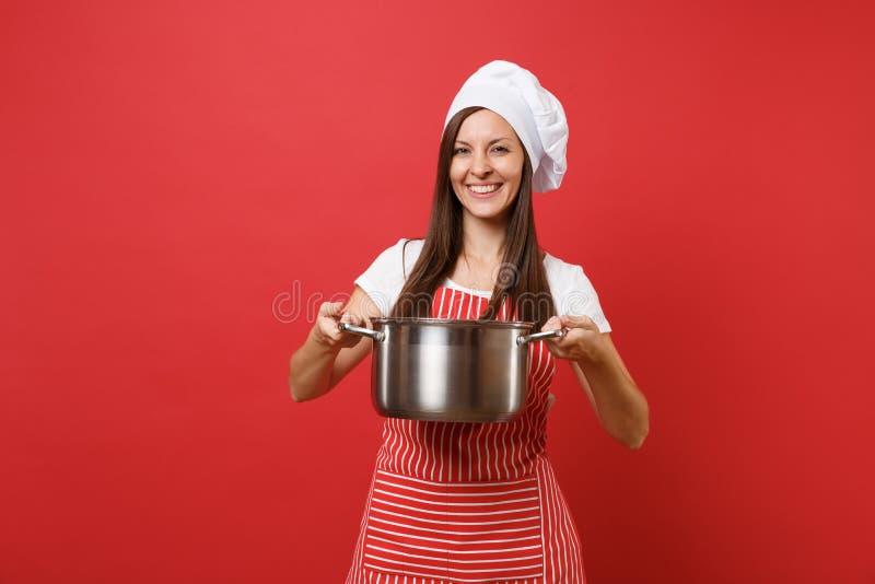 Θηλυκός μάγειρας ή αρτοποιός αρχιμαγείρων νοικοκυρών στο ριγωτό καπέλο αρχιμαγείρων τοκών μπλουζών ποδιών άσπρο που απομονώνεται  στοκ φωτογραφίες