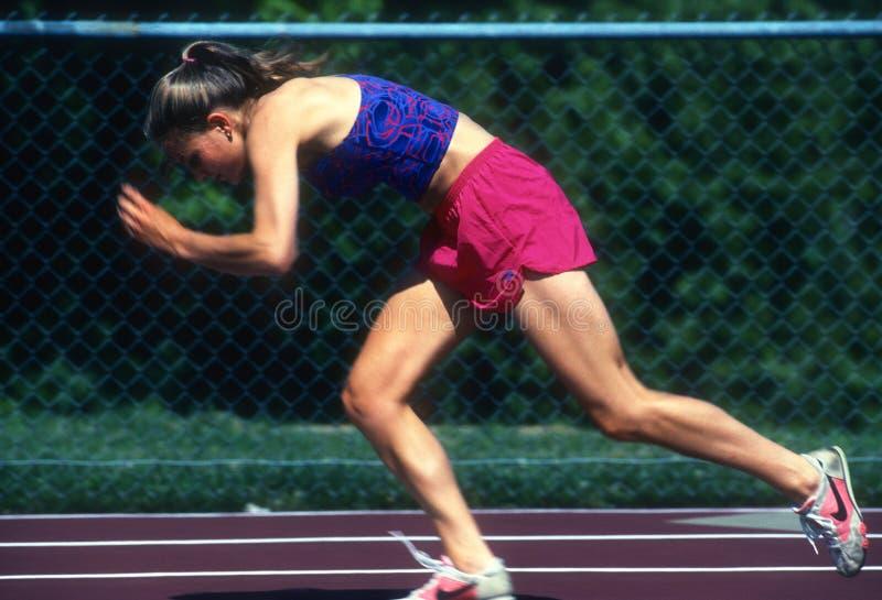 Θηλυκός δρομέας sprinter που ασκεί και που εκπαιδεύει στοκ εικόνα