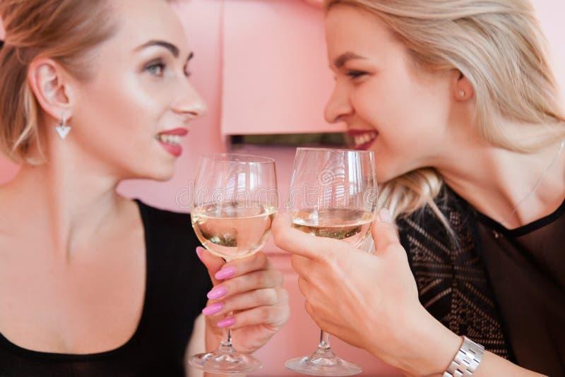 Θηλυκό πολυσύχναστο μέρος γυαλιού κρασιού γυναικών κόμματος ξανθό στοκ φωτογραφία